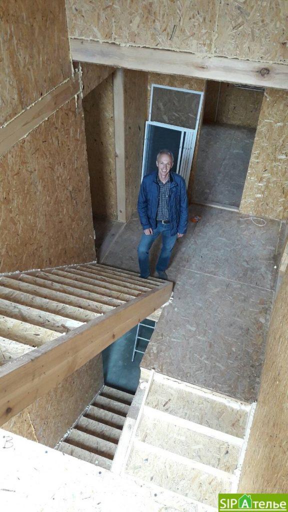 Дом со вторым светом в Вышгородском районе с лестницей из СИП панелей - фото 1