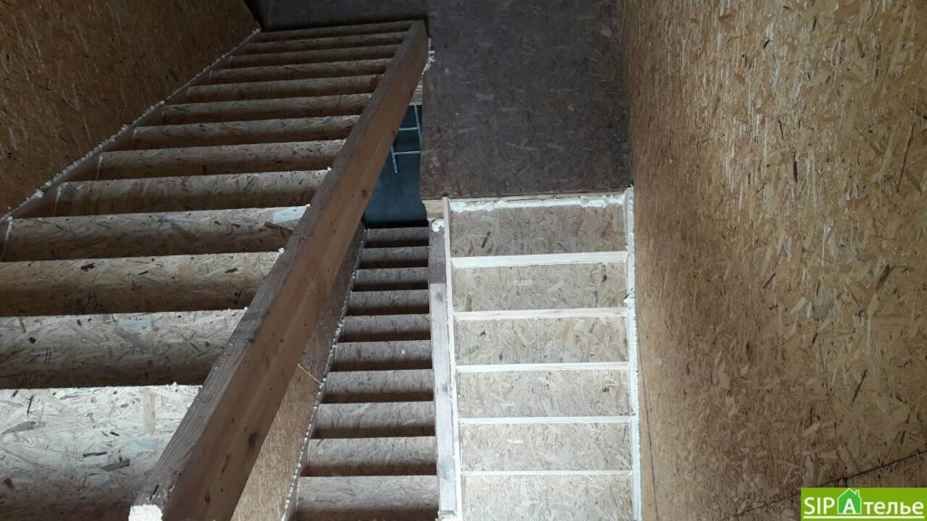 Дом со вторым светом в Вышгородском районе с лестницей из СИП панелей - фото 9