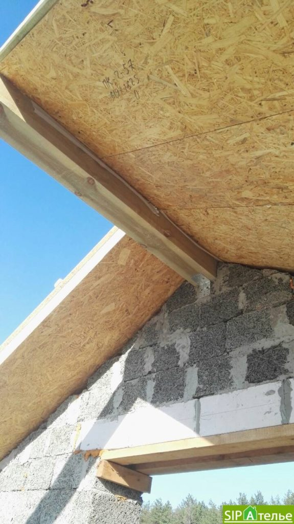 Монтаж крыши из СИП панелей краном - фото 3