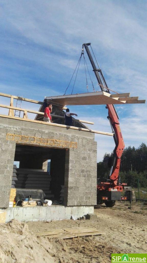 Монтаж крыши из СИП панелей краном - фото 9