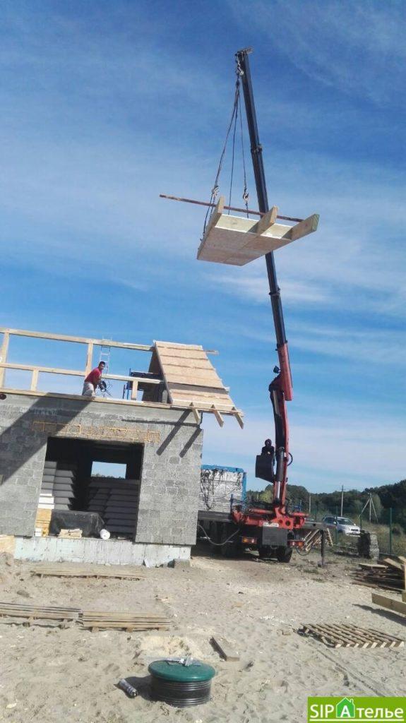 Монтаж крыши из СИП панелей краном - фото 7