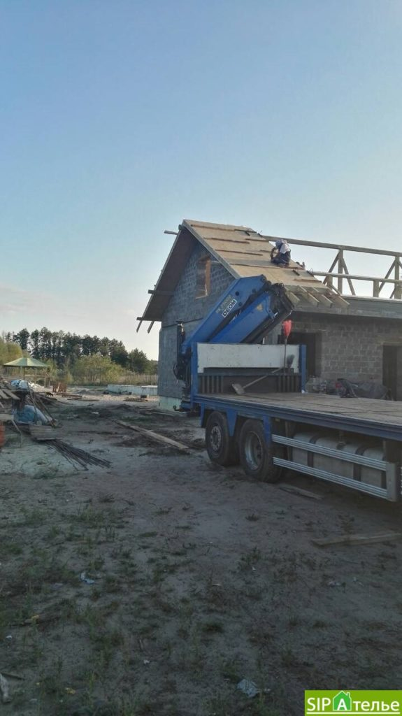 Монтаж крыши из СИП панелей краном - фото 5