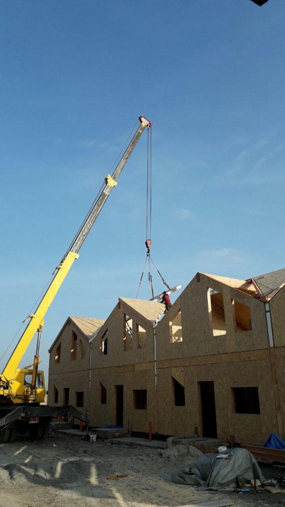 Монтаж панелей крыши при помощи крана на таунхаусы в «Крымском квартале» - фото 4