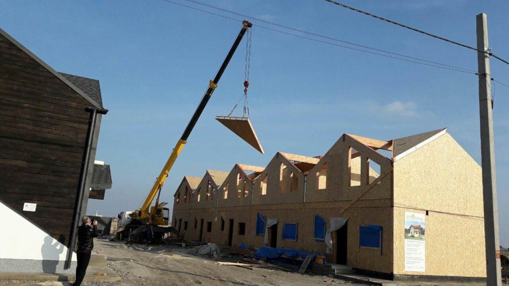 Монтаж панелей крыши при помощи крана на таунхаусы в «Крымском квартале» - фото 6