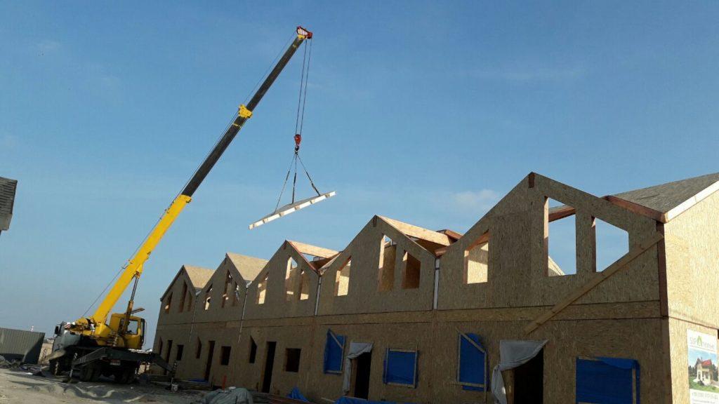 Монтаж панелей крыши при помощи крана на таунхаусы в «Крымском квартале» - фото 1