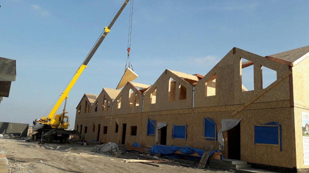 Монтаж панелей крыши при помощи крана на таунхаусы в «Крымском квартале» - фото 2