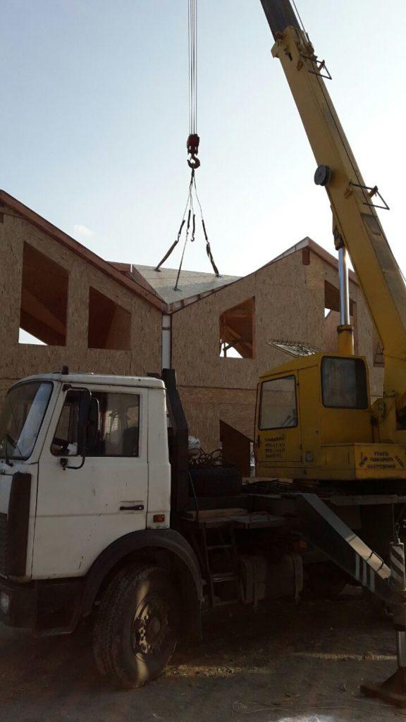 Монтаж панелей крыши при помощи крана на таунхаусы в «Крымском квартале» - фото 3